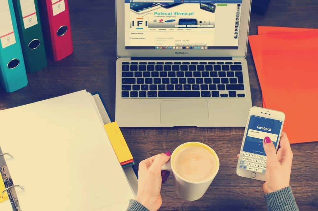 las funciones de un community manager son de gestionar las redes sociales y formar una comunidad
